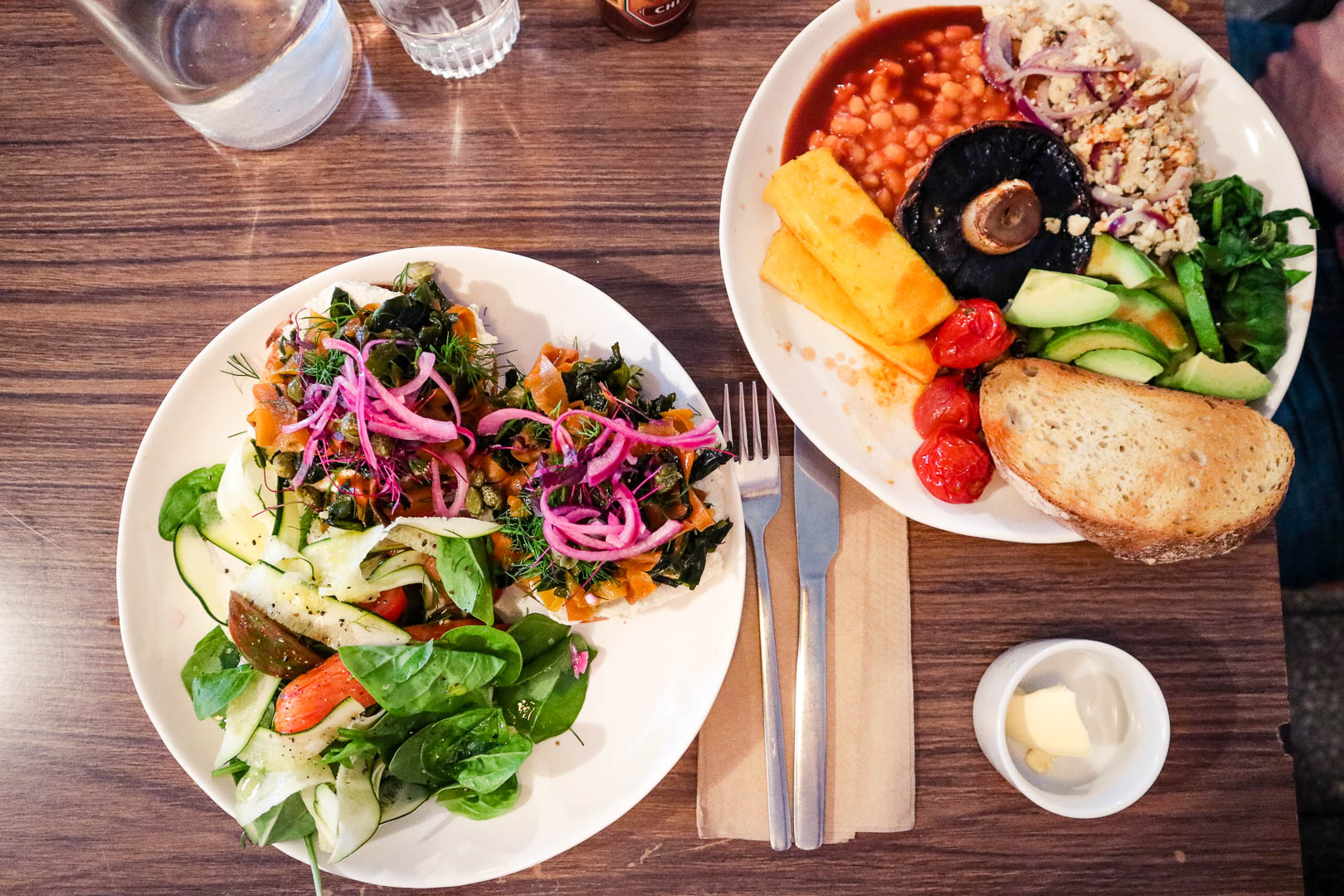 Mala Carne is a tiny cafe in the Southside of Glasgow, serving vegetarian and vegan food in a warm and welcoming atmosphere. Slightly off the beaten path, Mala Carne Glasgow is certainly worth the trek, whether you're looking for a full breakfast or more experimental brunch items, like scrambled tofu or smoked carrot!